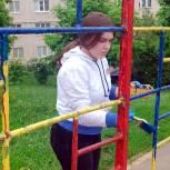 Молодогвардейцы приводят в порядок детские площадки