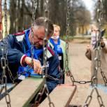 Рейд по контролю безопасности детских площадок провели великолукские волонтеры