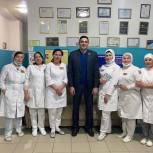 Джамал Кудаев поздравил матерей-медиков, работающих в «красной зоне» Каспийской больницы