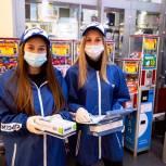 Великолукские волонтеры раздают средства индивидуальной защиты посетителям торговых центров