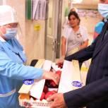 Депутат Мособлдумы Александр Баранов и краснознаменские волонтеры вручили врачам наборы гранатов и зеленого чая