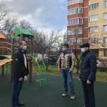 Долгопрудненские единороссы проверили ход работ по благоустройству дворовой территории
