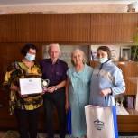Волонтеры-единороссы поздравили пожилую пару с бриллиантовой свадьбой