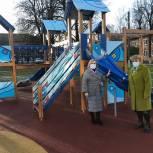 Депутат Мособлдумы проконтролировал установку новой детской площадки в Степаньково