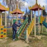 Луховицкие партактивисты проверили состояние детской площадки и парковой зоны в поселке Астапово