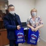 Ненецкие единороссы подарили учителям сладкие наборы к чаю