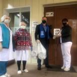 Врачам Чеховской областной больницы единороссы подарили электрические чайники