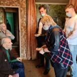 Единороссы Алтуфьевского района вручили ветеранам мобильные телефоны