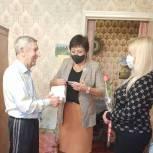 Ветеранам Ершова передали телефоны с бесплатной сотовой связью