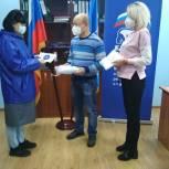 Электростальский депутат-единоросс передал маски руководителю волонтерского движения