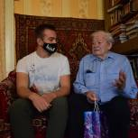 Волонтёры поздравили ветерана Великой Отечественной войны с Днём отца