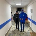 В Уфе волонтер помог пожилому мужчине доехать до поликлиники на ревакцинацию