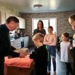 Николай Петрунин передал многодетной семье ноутбук