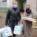 Волжские партийцы передали в больницу средства гигиены