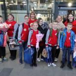Финалистов Всероссийской Юнармейской лиги КВН встретили сегодня в Хабаровском аэропорту с оркестром и подарками