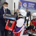 Юным ялтинским хоккеистам вручили новые комплекты формы