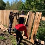 Новый забор установили единороссы у дома 90-летней жительницы поселка Гайтер