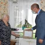 Владимир Мутовкин навестил пенсионеров своего округа и передал им продуктовые наборы