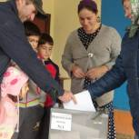 В селе Кисьва проголосовала многодетная семья