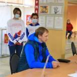 Олимпийский чемпион по прыжкам в высоту Андрей Сильнов посетил избирательный участок в Долгопрудном