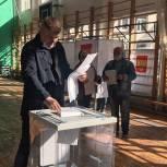 Сенатор от Ленинградской области Дмитрий Василенко проголосовал вместе с сыном в Шлиссельбурге