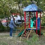 Луховицкий депутат Денис Мишин проверил состояние детской площадки