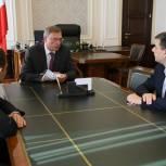 В Омской области по предложению депутатов «Единой России» с 1 октября повысят зарплату работникам бюджетной сферы