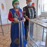 В Малодербетовском районе голосуют в национальных костюмах