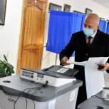 Юрий Зиновьев посетил избирательный участок и проголосовал на выборах