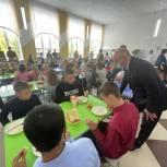 Сенатор Олег Цепкин посетил школы Саткинского района  и ознакомился с организацией питания школьников