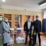 Партийцы голосуют вместе со своими семьями