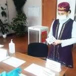 Жители регионов приходят на избирательные участки в национальной одежде