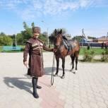 В Шовгеновском районе всадник в традиционной адыгской одежде принял участие в голосовании