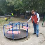 Максим Зайцев по просьбе жителей отремонтировал карусель, уличный тренажер, баскетбольные кольца и сетку во дворе дома№23 по ул. Крупской