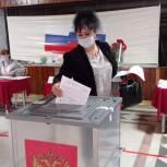 В Кизляре на одном из участков первому избирателю вручили букет цветов