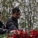 Молодогвардейцы Москвы возложили цветы к памятнику воину-освободителю детей в Беслане