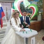 Татарстанские молодожены проголосовали на выборах в Госдуму