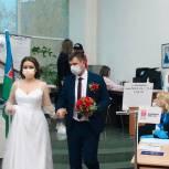 Из ЗАГСа – на избирательный участок: молодожены Ямала проголосовали на выборах