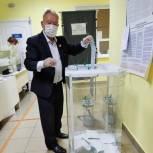 В Горномарийском районе на Чекеевском избирательном участке проголосовал известный гармонист Арсений Яйцов