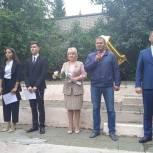В Верхнем Уфалее  члены депутатского объединения «Единая Россия» приняли участие в торжественных линейках, посвященных Дню знаний