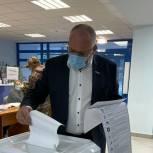 Действующие депутаты Заксоба голосуют на выборах
