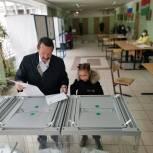 Геннадий Скляр пришел на избирательной участок с внучкой