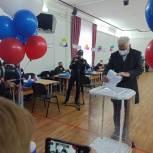 Секретарь Магнитогорского отделения партии «Единая Россия» Александр Морозов одним из первых проголосовал на участке