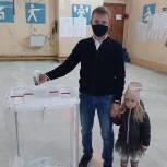 Секретарь местного отделения партии Милославского района пришел проголосовать вместе с дочерью