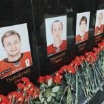 Ярославские партийцы приняли участие в траурных мероприятиях, приуроченных к десятилетию гибели «Локомотива»