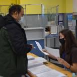 Добровольцы Единого волонтерского штаба помогают медикам вакцинировать северян