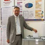 Депутат Сергей Замиховский проголосовал на избирательном участке в Ленинском районе