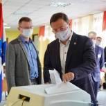 """Дмитрий Азаров: """"Благодарю всех и каждого, кто пришел на избирательный участок"""""""