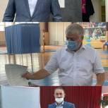 Депутаты регионального парламента голосуют на избирательных участках