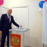 Александр и Антон Басанские стали первыми избирателями на участке № 77 в Хасынском округе Колымы